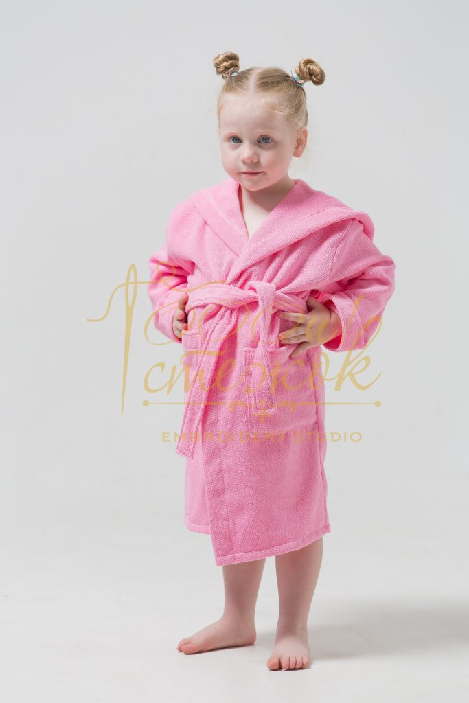 Детский халат с капюшоном категории «Премиум Россия» с именной вышивкой (Розовый)